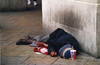 Schlafender Alkoholiker - obdachlos, Alkoholiker, Sucht, schlafen, betrunken, arm, Armut, Obdachloser, Obdachlosigkeit, Hoffnungslosigkeit, Elend, Trinken, Trunksucht, Jammer, Unglück, unglücklich, trostlos, Mangel, Not, Entbehrung, Tragik, Schicksal, ausgrenzen, abseits, wegschauen