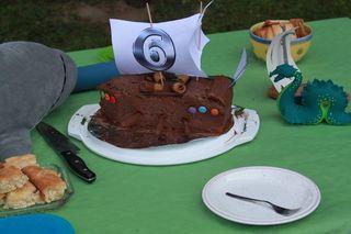 Piraten-Kuchen - Piraten, Piratenschiff, Segelschiff, Segel, Kanonen, Kanonenrohre, Luken, Kuchen, Kastenkuchen, Schokokuchen, Glasur, Schokolade, Kekse, Smarties, Geburtstag, Geburtstagsfeier, Lebensmittelfarbe, eingefärbt