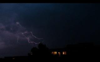 Blitz / Gewitter - Blitz, Blitze, Gewitter, Unwetter, Himmel, Horizont, Wolken, Funkenentladung, Lichtbogen, Wettererscheinung, Licht, hell, dunkel, Kontrast, Phänomen, Elektrizität, Physik