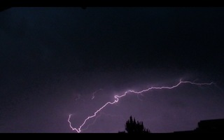 Blitz / Gewitter - Blitz, Blitze, Gewitter, Unwetter, Himmel, Horizont, Wolken, Funkenentladung, Lichtbogen, Wettererscheinung, Licht, hell, dunkel, Kontrast, Phänomen, Linienblitz, Elektrizität, Physik