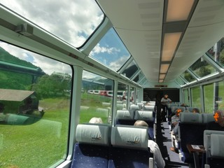 Glacier Express - Schweiz, Zug, Glacier Express, Waggon, Panorama, Panoramawaggon, Reisende, reisen, Urlaub, Tourismus, Verkehr, Transport, Eisenbahn, Sitze, Sitzplatz, Gang, Fenster, Scheiben, Spiegelung, Ausblick, in Fahrtrichtung, Beleuchtung