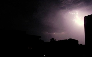 Blitz / Gewitter2 - Blitz, Blitze, Gewitter, Unwetter, Himmel, Horizont, Wolken, Funkenentladung, Lichtbogen, Wettererscheinung, Licht, hell, dunkel, Kontrast, Phänomen, Elektrizität, Physik