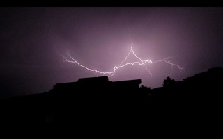 Blitz / Gewitter3 - Blitz, Blitze, Gewitter, Unwetter, Himmel, Horizont, Wolken, Funkenentladung, Lichtbogen, Wettererscheinung, Licht, hell, dunkel, Kontrast, Phänomen, Elektrizität, Physik