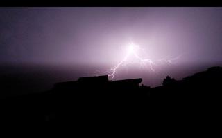 Blitz / Gewitter4 - Blitz, Blitze, Gewitter, Unwetter, Himmel, Horizont, Wolken, Funkenentladung, Lichtbogen, Wettererscheinung, Licht, hell, dunkel, Kontrast, Phänomen, Elektrizität, Physik