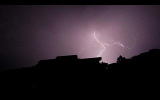 Blitz / Gewitter5 - Blitz, Blitze, Gewitter, Unwetter, Himmel, Horizont, Wolken, Funkenentladung, Lichtbogen, Wettererscheinung, Licht, hell, dunkel, Kontrast, Phänomen, Elektrizität, Physik