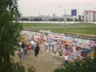 Berliner Mauer 1989 - Berlin, Mauer, Berliner Mauer, Sperranlage, Grenze, Grenzanlage, Grenzbefestigungssystem, Grenzwall, Sperrzone, Todesstreifen, Fernsehturm, Teilung, innerdeutsch, innerdeutsche, DDR, Ostberlin, Westberlin, Graffiti, Kalter Krieg, Touristengruppe