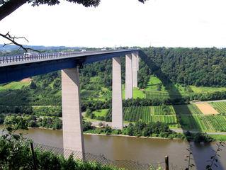 Moseltal #1 - Brücke, Mosel, Moseltal, Pfeiler, hoch, Fahrbahn, Wein, Weinberge, Tal, Blick, Aussicht, Wald, Verkehr, überspannen