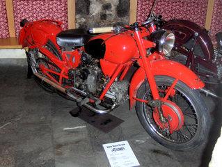 Motorrad-Oldtimer #2 - Motorrad, alt, Oldtimer, Ausstellung, Exponat, Motor, fahren, Moto Guzzi, rot
