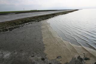 Flut an der Nordsee 2 - Flut, Watt, Wattboden, Schaum, Schaumteppich, Umweltverschmutzung, Deich, Nordsee, Windrad, Lahnungen, Gezeiten