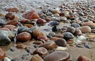 Stein und Wasser - Strand, Strandgut, Gestein, Steine, Stein, Kiesel, Natur, feucht, Ruhe, Entspannung, Reflexionen, Reflexion, Wasser, Meditation, Oberläche, Struktur, Kunst