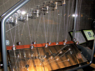 Pendelnde Wellen #1 - Pendel, elf, Kugel, Silber, hängen, schwingen, Welle, wandern, Physik, Länge