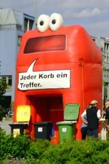 Mülleimer-Spruch 6 - Abfalleimer, Müll, Stadtreinigung, Abfallproblem, lustig, Witz, Sprachwitz, Slogan, Werbung, Humor, Sprechblase, Werbesprache