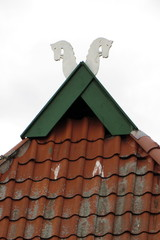 Giebelschmuck auf nds. Hallenhaus - Schmuck, Giebelspitzen, geschnitzte Holzbretter, Pferdeköpfe, Windschutz, Sachsenross, Niedersachsenhaus, Walmdach, First