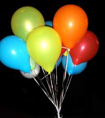 Luftballons - Luftballon, Ballon, Gasballon, aufblasen, fliegen, leicht, bunt, rot, gelb, blau, Auftrieb, Helium, Edelgas, Chemie