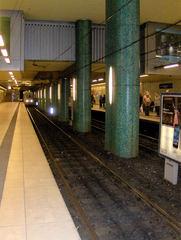 U-Bahnstation - U-Bahn, Untergrundbahn, Stadtbahn, Tunnel, Station, Bahnhof, Schienen, Gleise, Gleisbett, Bahnsteig, Bahnsteige, Strom, Elektrizität, Nahverkehr, öffentlich, Öffis, Bahn, Zug, warten, fahren