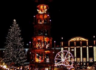 Weihnachtsmarkt - weihnachtlich, Weihnachten, Weihnachtsmarkt, Lichter, leuchten, Pyramide, Weihnachtsbaum, Tanne, Glanz, Lichterglanz, festlich, Christbaum, Advent, fest, dunkel, nachts, Dunkelheit, Beleuchtung, Tradition, traditionell, Licht