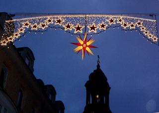 Lichter über dem Kirchturm - Weihnachten, Licht, Beleuchtung, Kerzen, Lichter, dunkel, festlich, Sterne, Stern, Herrenhuter Stern