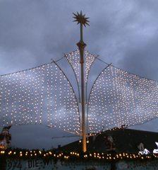 Beleuchtung auf dem Weihnachtsmarkt - Weihnachten, Licht, Beleuchtung, Kerzen, Lichter, dunkel, festlich, Lichterkette