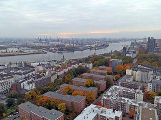 Hamburg Blick elbabwärts - Hamburg, Hansestadt, Hafenstadt, Elbe, Containerhafen, Werft, Landungsbrücken, Hafen