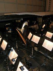 Orchestergraben #4 - Theater, Sitze, Sitzreihe, Opernhaus, Oper, Orchester, Musik, Zuschauerraum, Bühne, Orchestergraben, Bühnenhintergrund, Instrumente, Musikerarbeitsplatz, Notenständer, Noten