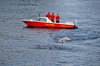 Wasserrettung - Rettung eines Schwimmers #3 - Rettung, Wasser, retten, Ehrenamt, ehrenamtlich, Rettungsschwimmer, helfen, ertrinken, schwimmen, erschöpft, hilflos, Unfall, verunfallt, Not, sichern, Rettungsboot, Lifeguards, Lifeguard, Rettungsdienst, Gefahr, Gefahrenabwehr, Engagement, Erste Hilfe