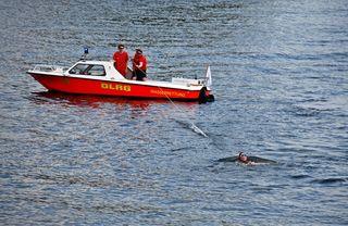 Wasserrettung - Rettung eines Schwimmers #4 - Rettung, Wasser, retten, Ehrenamt, ehrenamtlich, Rettungsschwimmer, helfen, ertrinken, schwimmen, erschöpft, hilflos, Unfall, verunfallt, Not, sichern, schleppen, Leine, Rettungsboot, Lifeguards, Lifeguard, Rettungsdienst, Gefahr, Gefahrenabwehr, Engagement, Erste Hilfe