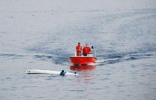 Wasserrettung - Rettung eines Kanuten #3 - Rettung, Wasser, retten, Ehrenamt, ehrenamtlich, Rettungsschwimmer, helfen, ertrinken, schwimmen, erschöpft, hilflos, Unfall, verunfallt, Not, sichern, Rettungsboot, Lifeguards, Lifeguard, Rettungsdienst, Gefahr, Gefahrenabwehr, Engagement, Erste Hilfe, Kanu, Kanute