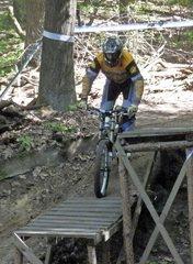 Downhill-Radrennfahrer beim Training - Downhillradrennfahrer, Radfahrer, Fahrrad, Rad, Rennrad, Radsport, Wettkampfsport, fahren, Sport, Sportler