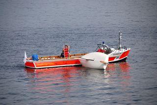 Wasserrettung - Gekentertes Segelboot #4 - Rettung, Wasser, retten, Ehrenamt, ehrenamtlich, Rettungsschwimmer, helfen, ertrinken, schwimmen, erschöpft, hilflos, Unfall, verunfallt, Not, sichern, Rettungsboot, Lifeguards, Lifeguard, Rettungsdienst, Gefahr, Gefahrenabwehr, Engagement, Erste Hilfe, Segel, Segelboot, Segler, kentern