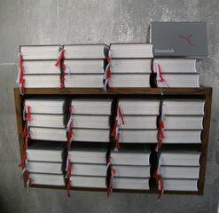Gebetbücher in einer Kirche - Gebetbuch, Christentum, Kirche, Glaube, Andachtsbücher, Gebet, Mathematik, Einmaleins