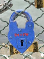 Love lock - Paris, Liebesschloss, love lock, cadenas d'amour, Schloss, blau, Schreibanlass, Vorhängeschloss, Brauch, Symbol, Liebe, Brauchtum, Alltagskultur