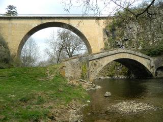 Zwei Brücken in Pierre Perthuis - Architrktur, Brücke, Viadukt, Römerbrücke, Bogenbrücke, Frankreich, pont