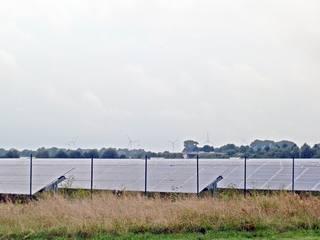 Photovoltaik und Windkraft - Photovoltaik, Solarenergie, Sonnenenergie, Umwelt, umweltfreundlich, Solarfläche, Module, Strom, Stromerzeugung, Energie, Energiegewinnung, Energieumwandlung, Strahlungsenergie, Elektrizität, Windkraftanlage, Windenergie, regenerative Energie
