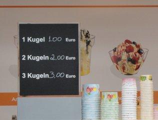 Verkaufsschild an einem Eisstand  - Verkaufsschild, Preis, Preise, Eis, verkaufen, rechnen, Mathematik