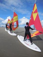 Wassersportart Windsurfen Übung #1 - surfen, Wasser, Wassersport, Sport, Sportler, Wind, Segel, Windsurfen, Surfer, Surfschule, Meer, Windenergie, Freizeitsport, Tourismus, Luftströmung, Winddruck, Vortrieb, Vorübung