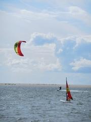 Kite-Surfer und Wind-Surfer - surfen, Wasser, Wassersport, Sport, Sportler, Wind, Segel, Surfer, Meer, Windsurfen, Lenkdrachensegeln, Kiteboarden, Trendsportart, Windenergie, Freizeitsport, Luftströmung, Winddruck, Vortrieb