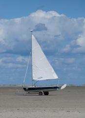 Segelboot an Land - Segel, segeln, Wasser, Sport, Wassersport, Boot, Bootskörper, Heck, Bug, Rumpf, Mast, Ruder, Windenergie, Freizeitsport, Tourismus, Wettkampfsport, Luftströmung, Winddruck, Vortrieb, Slipwagen
