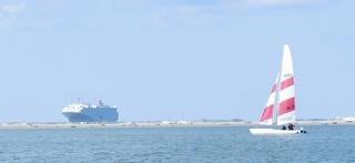Segelkatamaran und CarCarrier - Segel, segeln, Wasser, Sport, Wassersport, Boot, Bootskörper, Zweirumpfboot, Topcat, Windenergie, Freizeitsport, Luftströmung, Winddruck, Vortrieb, Autofrachtschiff, Autotransporter, RoRo-Prinzip, Ro-Ro-Verfahren, Ro-Ro-Schiff, Übersee, Perspektive, Größenverhältnis, Ferne, Entfernung