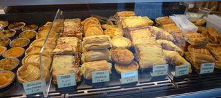 Auslagen in  einer boulangerie/patisserie #2 - pizza, quiche, croque monsieur, croissant, roule, friand forestier