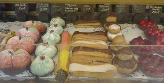 Auslagen in  einer boulangerie/patisserie #6 - mille feuilles, figues, eclair, religieuse, petit bonheur, tartelette, peche aux fruits confits