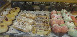 Auslagen in  einer boulangerie/patisserie #7 - cheesecake, supreme, paris brest, figue, mille feuilles, eclaire, peche aux fruits confits