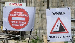 Hinweisschild - chantier, interdit, interdiction, casque, chute de pierres, danger, public