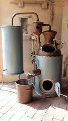 In einer Schnapsbrennerei #1 - Brennofen, Destillierapparat, Destillat, destillieren, Schnaps, Alkohol, Maische, Vergärung, Obst, Chemie, Trennverfahren