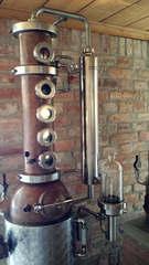 In einer Schnapsbrennerei #2 - Brennofen, Destillierapparat, destillieren, Schnaps, Alkohol, Maische, Vergärung, Obst, Spirituosen, Chemie, Trennverfahren
