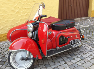 Motorroller mit Beiwagen #1 - Motorroller, Zündapp, Gespann, Beiwagen, Roller, Fahrzeug, Motorrad, fahren, rot, alt, Oldtimer, Retro, selten, Zweirad, motorisiert, Fortbewegung