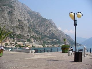 Limone am Gardasee - Norditalien, Gardasee, Limone, Stadt, Felsen, Wasser, Himmel, Sonne, Palmen, Urlaub, Strandpromenade, Laterne