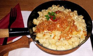 Käsespätzle - Käsespätzle, Kässpätzle, Käsknöpfle, Käse, Spätzle, Hauptgericht, Zwiebeln, Röstzwiebeln, Pfanne, Spezialität, Käsegericht, Nudelgericht
