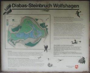 Renaturierter Steinbruch Infotafel - Steinbruch, Infotafel, Hinweis, Information, Renaturierung, Rekultivierung, rekultivieren, nachhaltig