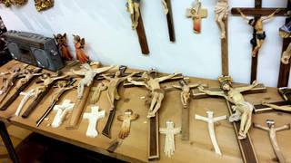 Holzschnitzer im Grödnertal #3 - Holzschnitzer, Holz, schnitzen, Kunst, Werkzeug, Handwerk, Kunsthandwerk, Arbeit, Tradition, Jesus, Kruzifix, Kreuz