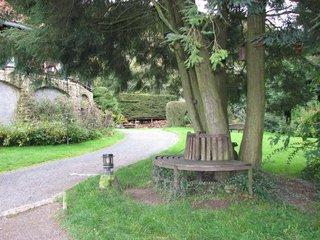 Café Winuwuk Bad Harzburg # 10 halbrunde Bank um Baum - Bank, Baum, Garten, halbrund, Holz, Sitzmöbel, sitzen, ruhen, ausruhen, rasten, Meditation